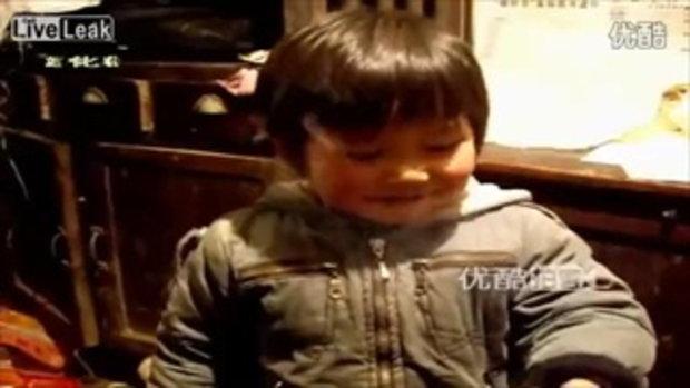 สลด พ่อแม่จีน สอนลูกน้อยวัย 3 ขวบสูบบุหรี่