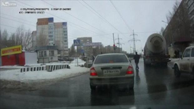 อยากตายก็ไม่ได้ตาย! ชายรัสเซียพุ่งตัวนอนกะให้รถสิบล้อทับกลางถนน