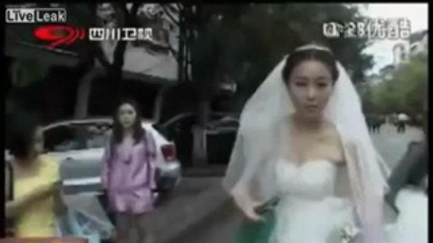 นักข่าวจีนรายงานข่าวแผ่นดินไหว ทั้งชุดเจ้าสาว