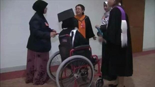 บัณฑิตสาวชาวนราธิวาสพิการแขนขา สู้ชีวิตจนเรียนจบ ป.ตรี (30 พ.ย.58)
