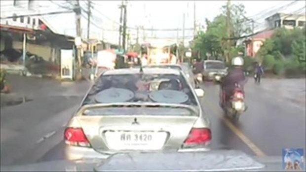 คลิปมอเตอร์ไซค์ย้อนศรชนคนข้ามถนน ก่อนถูกรถที่สวนมาชนซ้ำ
