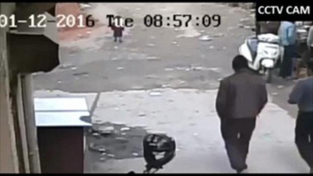 นาทีสุดช็อก เด็กน้อยสะดุดล้มกลางถนน โดนรถวิ่งทับแต่รอดปาฏิหาริย์