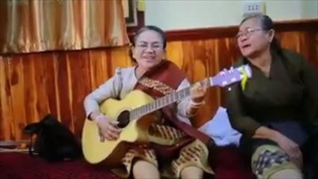 คุณยายอย่างเฟี้ยว ดีดกีต้าร์ร้องเพลงในงานแต่ง