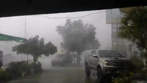 นาทีระทึก! พายุฝนพัดกระหน่ำ หลังคาบ้านปลิวไปทั้งแผง