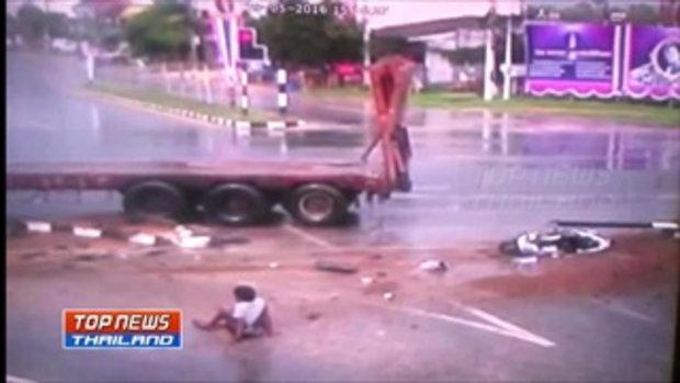 ฝนตก ถนนลื่น ระวัง!! ภาพวงจรปิดรถเทรลเลอร์กวาดรถจักรยานยนต์ที่จอดติดไฟแดง 3 คัน เสียชีวิต 1 ราย