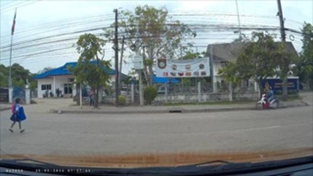 อีกแล้ว! รถตู้นักเรียนกลับรถ ทำเด็กร่วงตกถนน