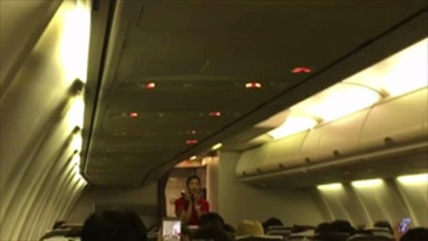 แอร์โอสเตสสาวโชว์ลูกคอ ร้องเพลงดังปลอบผู้โดยสาร ขณะเครื่องตกหลุมอากาศ