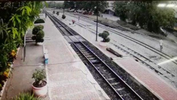 วงจรปิดภาพชายวิ่งตัดหน้ารถไฟกะทันหัน ชาวบ้านบอกสติไม่ดี
