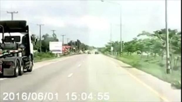 18 ล้อจอมตบ!! ตบรถตู้โดยสารลงข้างทาง หวิดเอาชีวิตไม่รอด