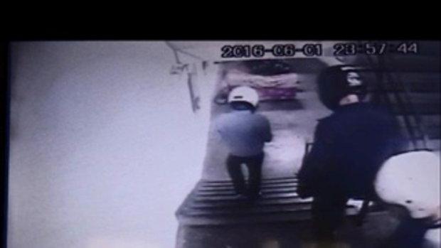 หนุ่มวัย 37 ปี ถูกกลุ่มวัยรุ่นคู่อริ 8 คน บุกยิงทะลุประตู