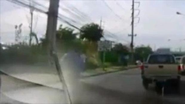หนุ่มวิ่งข้ามถนน เจอสิบล้อชนจนกระเด็น แต่ยังลุกเดินได้ปกติ