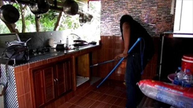 สาวใหญ่กรี๊ดลั่นครัว งูเห่าซุกอ่างล้างหน้า กู้ภัยจับเลื้อยเข้าใส่