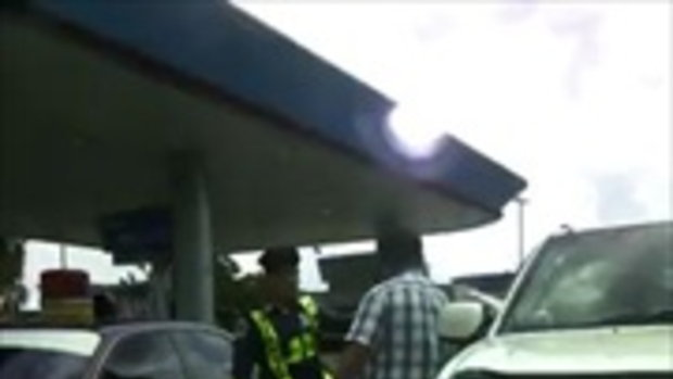 สาวโวย ขับรถแซงกันเจออีกฝ่ายชักปืนขู่ แจ้งตำรวจเจอบอก