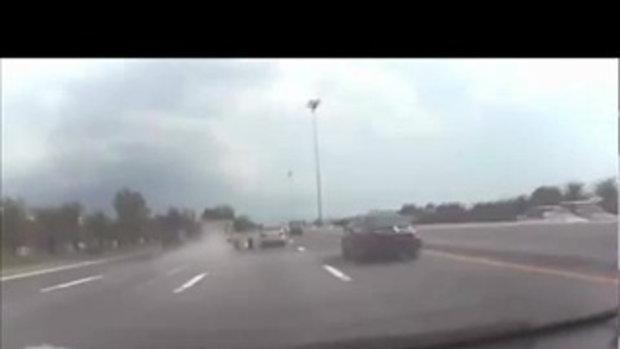 วินาทีระทึก! กระบะยางระเบิด รถเสียหลักหมุน รถตามมาชนซ้ำพลิกคว่ำลงข้างทาง
