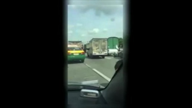 โคตรระทึก รถพ่วง Vs รถส่งของ ไล่ฟันกันกลางถนน