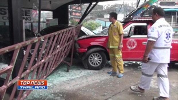 เผยภาพวงจรปิด รถ 2 แถว เสียหลักพุ่งชนรถหรูในตู้โชว์ ภายในร้านคาร์แคร์เสียหาย 2 คัน