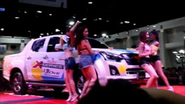 สาวข้างบ้าน และสาวเจแปนล้างรถ ในงานBangkok International Auto Salon 2016