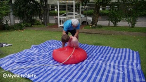 เล่นลูกโป่งน้ำยักษ์ 2 เมตร ในสโลโมชั่น!!