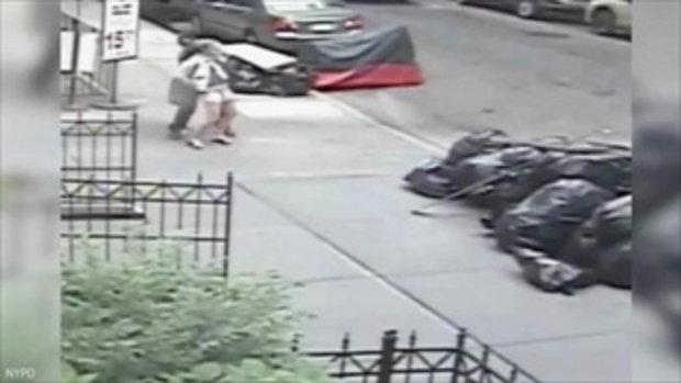 ชายแปลกหน้าจู่โจมยัดถุงอึใส่กางเกงสาว แล้วเดินหนีหน้าตาเฉย