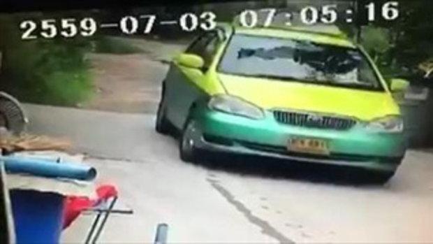 คลิปบาดใจคนรักสัตว์ แท็กซี่จงใจแล่นทับหมา มุดเข้าใต้ท้องรถ