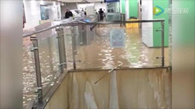 ฝนกระหน่ำเมืองจีน มณฑลหู่เป่ยแทบจมน้ำ รถไฟใต้ดินเป็นน้ำตก