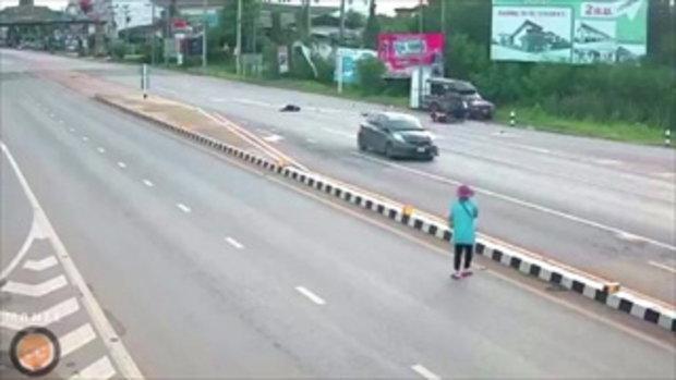 มอเตอร์ไซค์พ่วงข้างเลี้ยวกลับรถแล้วจอดกลางถนน