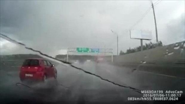 ลัมโบกินี ซิ่งฝ่าฝน เสียหลักรถหมุนติ้วชนแหลก-พังกระจาย