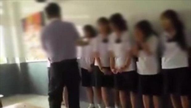 คุณครูทำโทษนักเรียนหญิง ม.ต้น ตบหัวเรียงคิวที่หน้ากระดานดำ