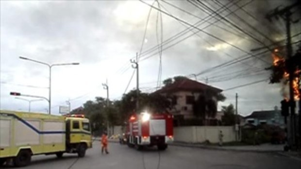ไฟไหม้เสาไฟฟ้า ลามติดสายไฟ ริมถนนเลี่ยงเมืองปากเกร็ด