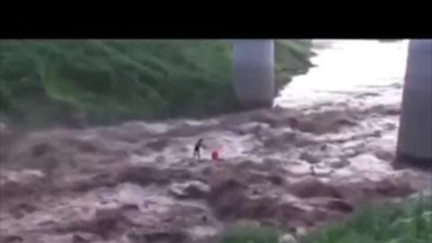 นาทีชีวิต คลิปกู้ภัยช่วยนักตกปลา หลังยืนนิ่งบนหินกลางน้ำหลากจนรอดมาได้