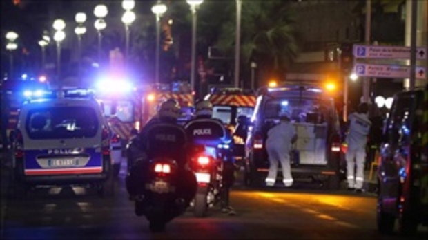 ด่วน!! สยองวันชาติฝรั่งเศส คนร้ายขับรถชนฝูงชน-ยิงซ้ำตายแล้ว77ศพ