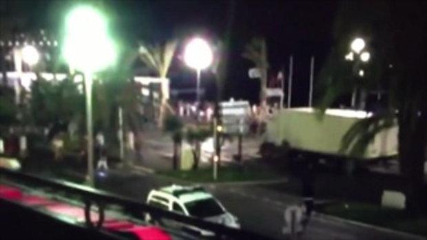 ชมวินาทีสยองขวัญ!!! รถบรรทุกก่อการร้าย พุ่งชนฝูงชน เมืองนีซ ฝรั่งเศส