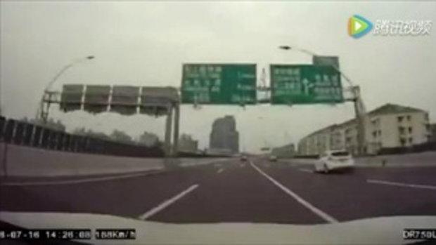 2 เก๋งปอร์เช่ ซิ่งฝ่าเมืองจีน เหยียบมิด 180 กม./ชม.