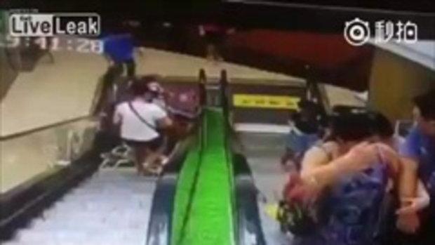 อุทาหรณ์! หญิงจีนพลาดทำรถเข็นลูกหลุดมือขณะลงบันไดเลื่อน