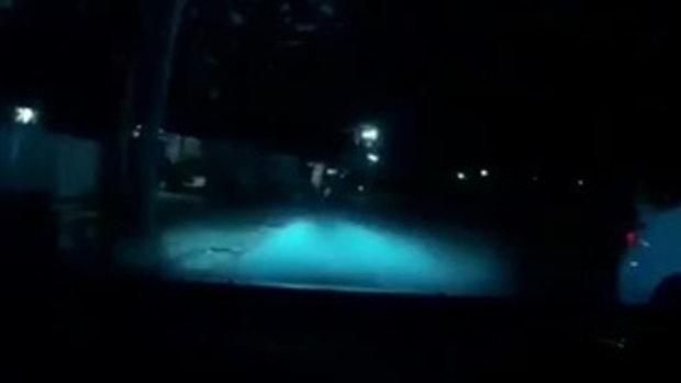 หนุ่มทะเลาะแฟน กระโดดถีบกระจกรถชาวบ้านแตก 3 คัน