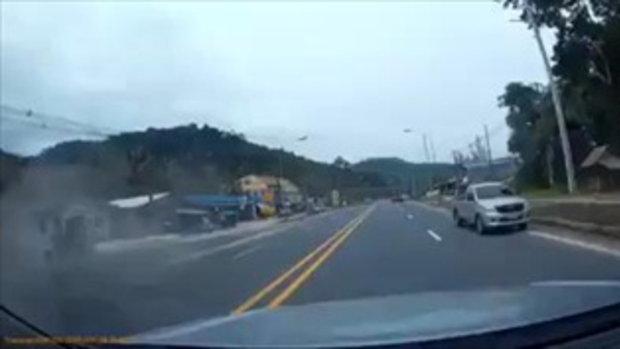 เสี้ยววินาทีชีวิต รถบรรทุกพุ่งใส่ หักหลบผิดฝั่งอาจไม่รอด