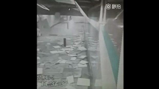 คลิประทึก ผู้โดยสารรีบหนีตาย เพดานสถานีรถไฟใต้ดินถล่ม
