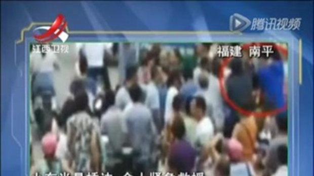 เก๋งจีนเสียหลักพุ่งทะลุราวสะพาน พลเมืองดีช่วยกันกดท้ายรถ