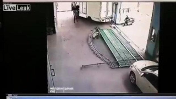คลิปสยอง!! ประตูเหล็กล้มทับหัวคนงาน...หลบไม่ทัน โดนเต็มๆ