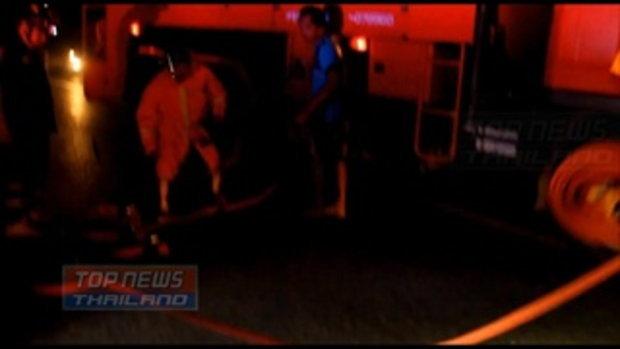 ระทึกกลางดึก! รถพ่วงเสยท้ายรถบรรทุก 18 ล้อ ไฟลุกท่วมคลอกคนขับเสียชีวิตคาที่