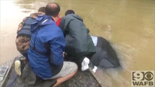ลุ้นระทึก คลิปชายช่วยเหยื่อติดในรถที่กำลังจมน้ำท่วมมิดคัน จนรอดหวุดหวิด
