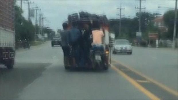 หวาดเสียว คนขี่มอเตอร์ไซค์อยู่บนรถสองแถว