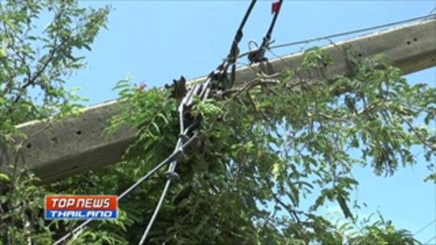 ชาวบ้านเดือด! ประท้วงการไฟฟ้า หลังปล่อยให้เสาไฟล้มขวางถนนมานานกว่า 2 เดือน