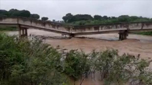 นาทีระทึกแม่น้ำวังไหลเชี่ยว ซัดสะพานคอนกรีตหักกลาง