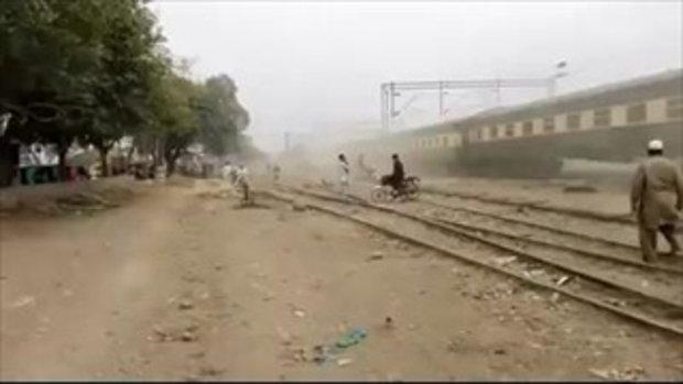 รถไฟในปากีสถานขับเร็วขั้นสุดชนรถจักรยานยนต์แหลกเหลว