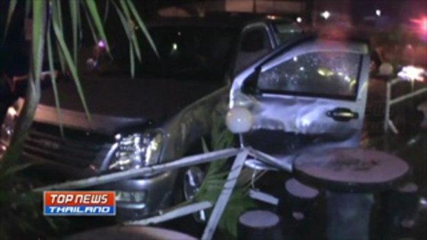 กล้องวงจรปิดรถกระบะชนประสานงากลางแยก ก่อนเสียหลักพุ่งชนร้านหมูกระทะ