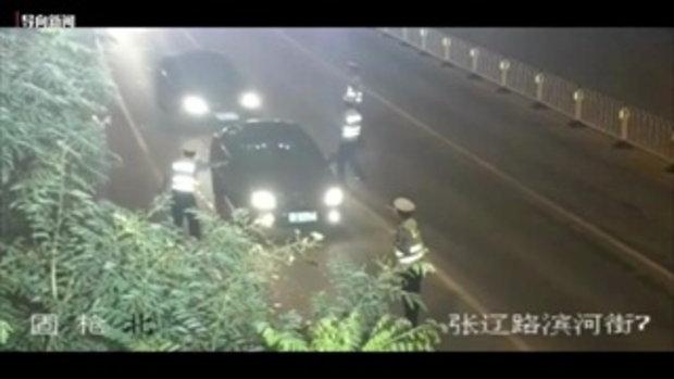 อย่างโหด! คนขับตีนผีเจอตำรวจตั้งด่าน เลยพุ่งรถชนตำรวจกระเด็นแล้วชิ่งหนี