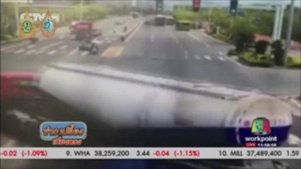 รถปูนเสียหลักคว่ำทับรถยนต์กลางแยก - ข่าวเปรี้ยงเที่ยงตรง