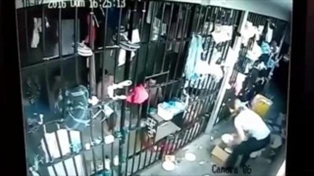นักโทษชายกระชากผมผู้คุมสาวผ่านห้องขังในบราซิล