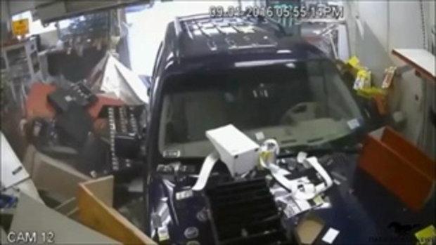 คลิปอุบัติเหตุรถ suv พุ่งชนร้านสะดวกซื้อ